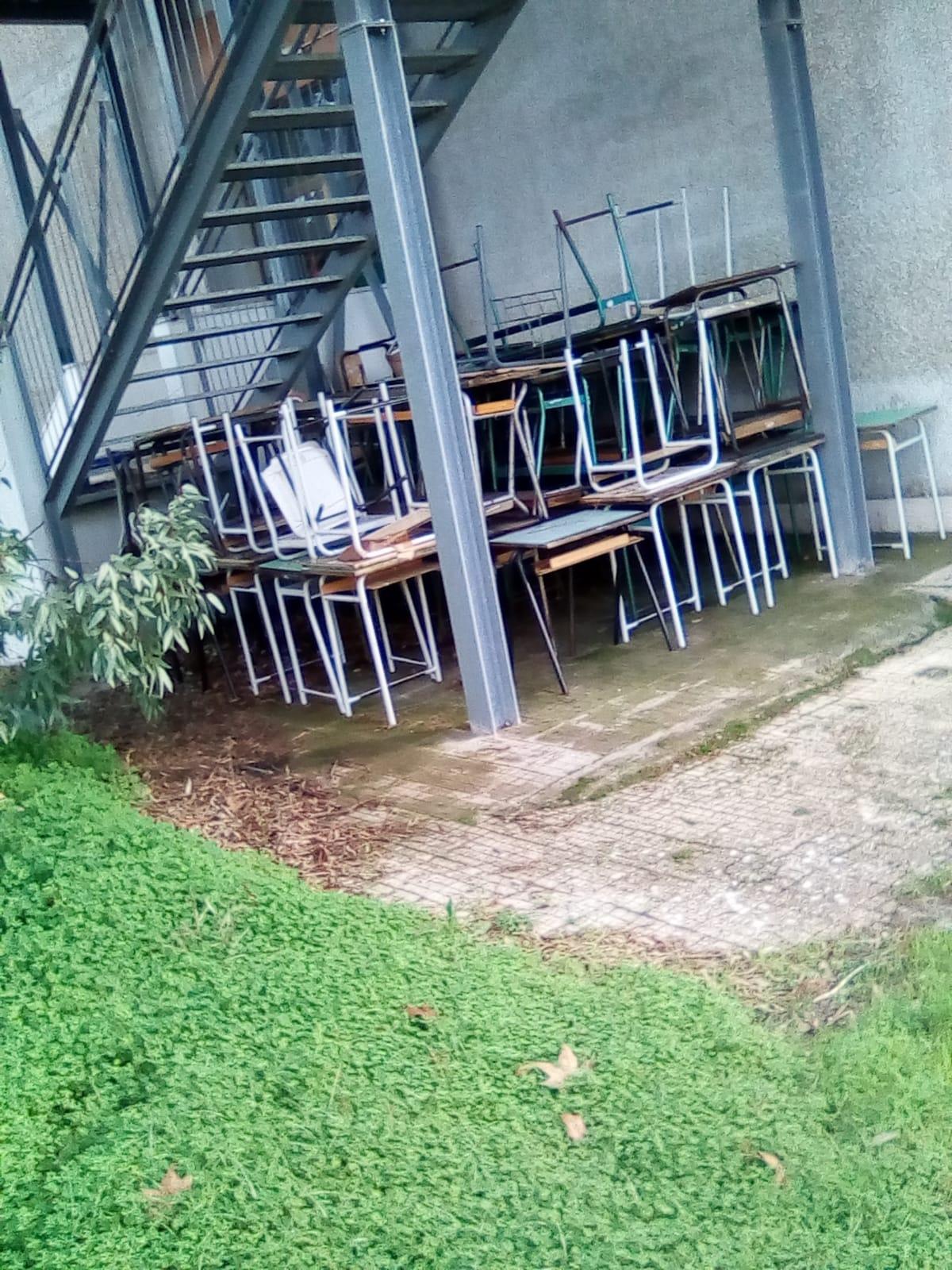 Galatina (Noha): Banchi e sedie, alcuni nuovi, stipati all ...